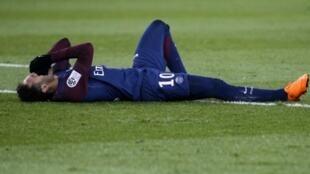 نجم نادي باريس سان جرمان نيمار بعد إصابته