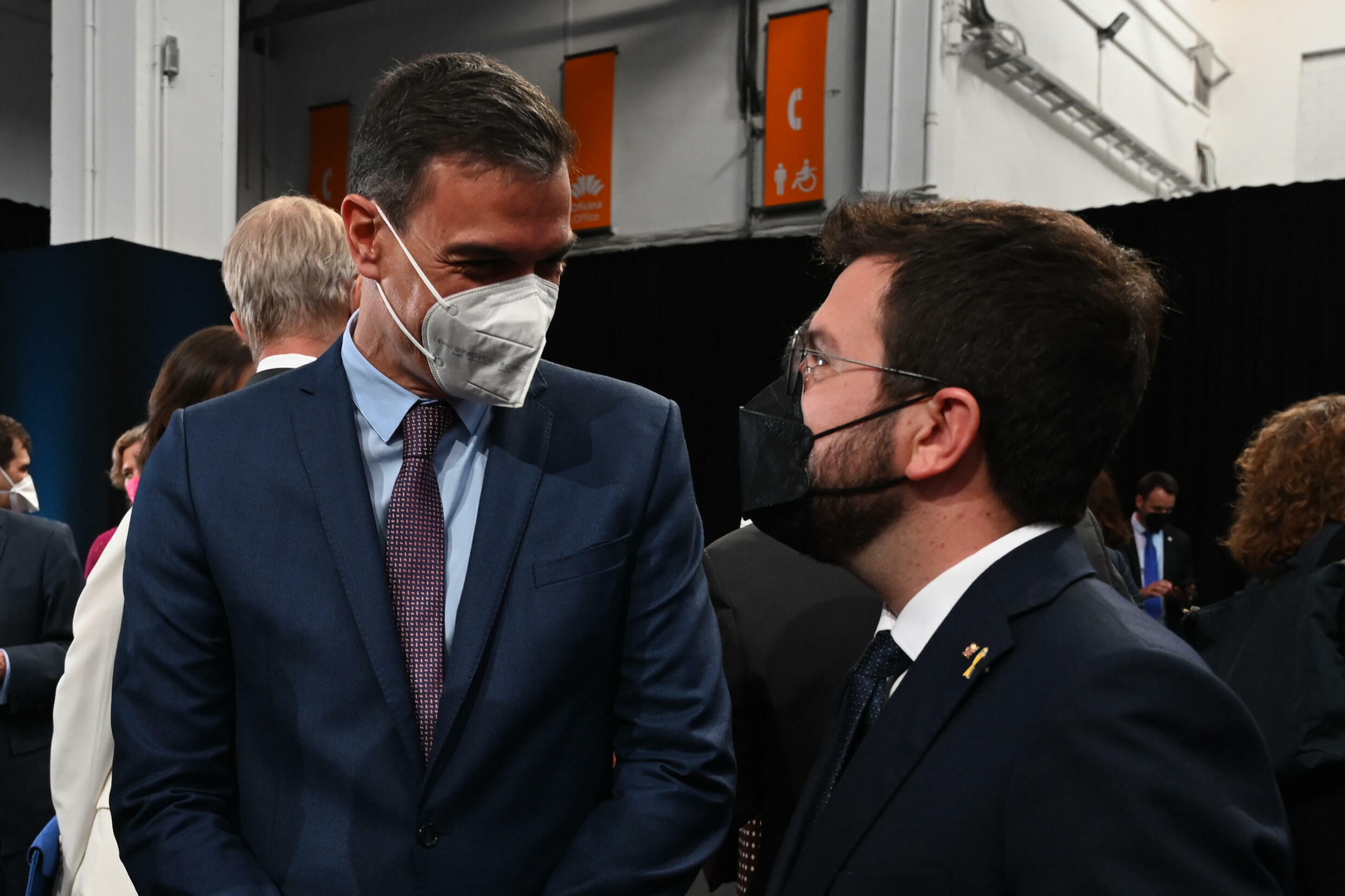 Spanish Prime Minister Pedro Sanchez (l) and Catalan leader Pere Aragones meeting last July. They will hold fresh talks on Wednesday but expectations are low