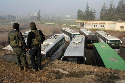 وصول حافلات لنقل محاصرين في الفوعة وكفريا إلى منطقة الراشدين في 14 نيسان/أبريل 2017