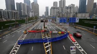 Barrière de sécurité à l'entrée de la ville de Wuhan, en Chine, le 30 janvier 2020.
