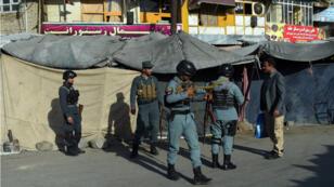 Des forces de sécurité arrivent sur le site de la double explosion, le 5 septembre 2016 à Kaboul.
