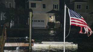 Des habitants de Shell Point Beach en Floride, vérifient les dommages causés par la tempête, le 2 septembre 2016.