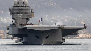 Le porte-avions Charles-de-Gaulle dans le port de Toulon, le 13 janvier 2015.