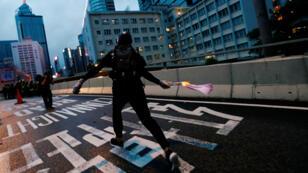 Un manifestante lanza un coctel molotov en los enfrentamientos con la policía de Hong Kong durante las protestas del 31 de agosto de 2019