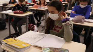 تلاميذ في مدرسة ابتدائية بضاحية بولوني بيلانكور غرب باريس، وهم يرتدون أقنعة للوقاية من فيروس كورونا. 22 يونيو/حزيران 2020.
