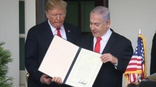 دونالد ترامب وبنيامين نتانياهو يرفعان الإعلان الأمريكي بالاعتراف بسيادة إسرائيل على الجولان 25 مارس/آذار 2019.