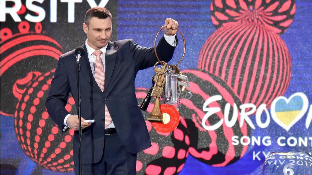 Le maire de Kiev Vitali Klitschko tient les clés symboliques de l'Eurovision, lors d'une cérémonie fin janvier 2017 à Kiev.