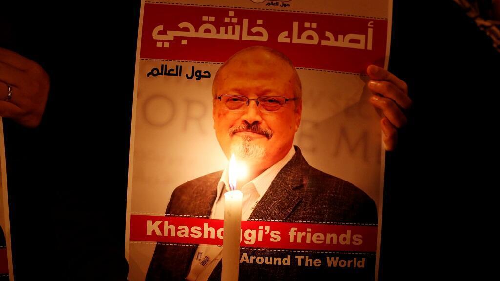 Un manifestante sostiene un cartel con una foto del periodista saudita Jamal Khashoggi en el exterior del consulado de Arabia Saudita en Estambul, Turquía, el 25 de octubre de 2018. (Archivo)