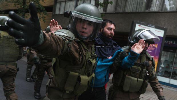 Manifestantes son detenidos por la policía en Santiago de Chile, el 24 de octubre de 2018, durante una protesta en contra del sistema de pensiones chileno.