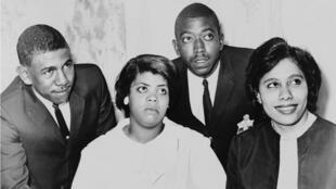 Linda Brown, vestida de blanco, fue el centro de la demanda que llevó a la Corte Suprema a prohibir la segregación racial