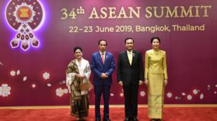 El presidente de Indonesia, Joko Widodo (centro-izquierda) junto a su esposa (izquierda), y el primer ministro de Tailandia, Prayut Chan-o-cha (centro-derecha) junto a su esposa (derecha). 22 de junio de 2019.