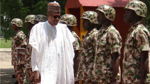 Le président nigérian Muhammadu Buhari passe ses troupes en revue à Maiduguri, en octobre 2017.