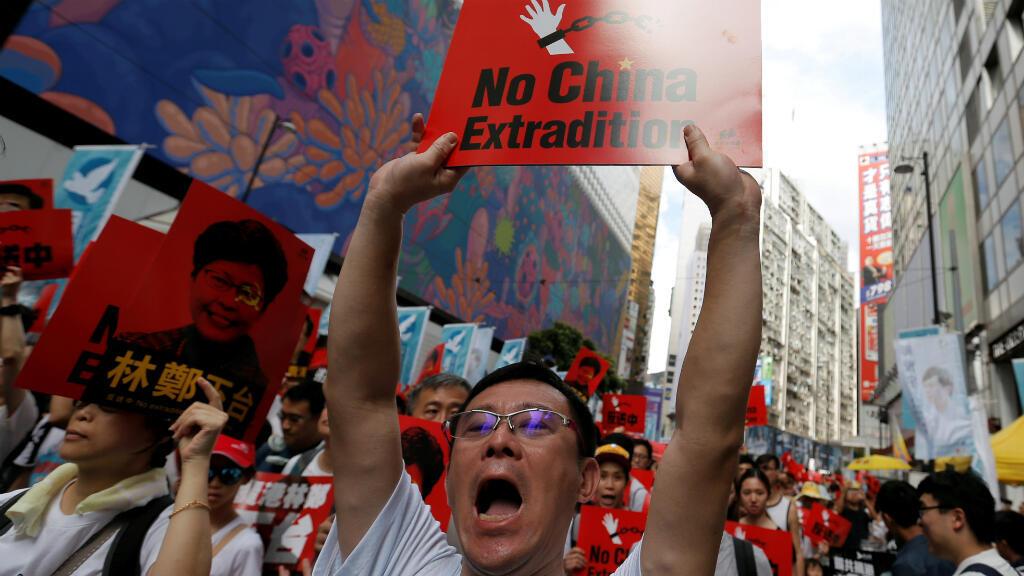 Un manifestante muestra un cartel durante una protesta para exigir que las autoridades desechen un proyecto de ley de extradición con China, en Hong Kong, China, el 9 de junio de 2019.