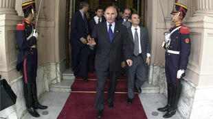 Archivo: Fernando de la Rúa marchándose de la Casa Rosada, el 21 de diciembre de 2001, el día que entró en vigor su renuncia a la Presidencia de la República.