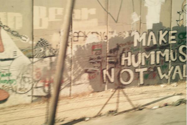"""Sur le mur de séparation entre Israël et les territoires Palestiniens, on retrouve le slogan """"Faites du Houmous, pas la guerre"""""""