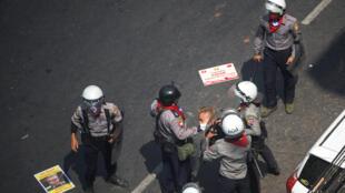 Un manifestante es detenido por agentes de la policía antidisturbios durante una protesta contra el golpe militar en Rangún, Myanmar, el 28 de febrero de 2021.