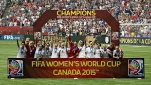 لاعبات المنتخب الأمريكي يرفعن كأس العالم بعد فوزهن على اليابان في 5 تموز/يوليو 2015