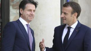 Emmanuel Macron accueille le président du Conseil italien Guiseppe Conte, avant une rencontre à l'Élysée, le 15 juin 2018