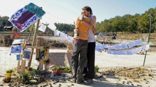 Des opposants au barrage de Sivens, mercredi 29 octobre, rendent hommage à Rémi Fraisse.