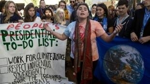 تلامذة أمريكيون يتظاهرون أمام مقر انعقاد مؤتمر مراكش حول المناخ ضد انتخاب ترامب رئيسا للولايات المتحدة في 9 تشرين الثاني/نوفمبر 2016