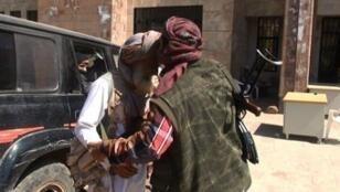 جهادي من القاعدة يقبل رأس مقاتل مُسن من القبائل بمدينة العدين في إب