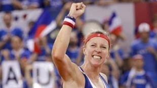 La Française Pauline Parmentier lors de sa victoire en demi finale de la Fed Cup face à la Roumanie à Rouen le 21 avril 2019