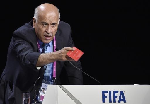 رئيس اتحاد الكرة، الفلسطيني جبريل الرجوب، يحمل بطاقة حمراء أثناء إلقاء كلمته في كونغرس الفيفا