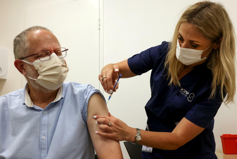 Una enfermera israelí inocula una dosis de la vacuna contra el covid-19 de Pfizer en Tel Aviv, Israel, el 30 de julio de 2021