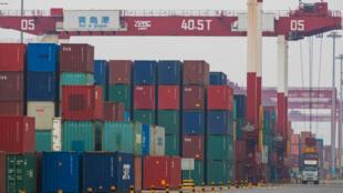 Contenedores en un puerto en Qingdao, provincia de Shandong, China, el 11 de julio de 2019.