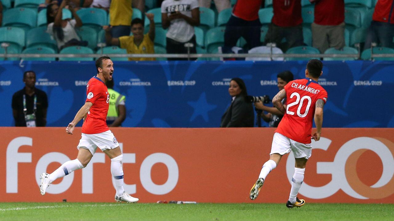 Pedro Fuenzalida celebra el primer gol de Chile con su compañero Aránguiz. Salvador de Bahía, Brasil. 21 de junio de 2019.