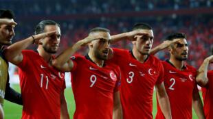 Les joueurs de l'équipe de Turquie ont célébré un but contre l'Albanie par un salut militaire, le 11 octobre 2019 à Istanbul.