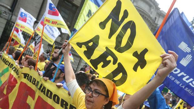 Un grupo de manifestantes se concentra en una céntrica plaza de Santiago de Chile, el miércoles 24 de octubre de 2018, para protestar en contra del sistema de pensiones chileno.