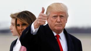 El presidente Donald Trump saluda a los medios tras llegar a Maryland después de pasar el fin de semana de Pascua en Palm Beach. Abril 1 de 2018
