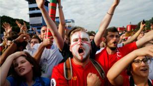 À Moscou, des supporters anglais célèbrent la victoire face à la Suède en quarts de finale, le 7 juillet.