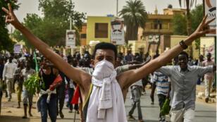 Un manifestant dans les rues de Khartoum, dimanche 30 juin 2019.
