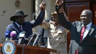 حميدتي، نائب رئيس المجلس العسكري الانتقالي السوداني  يرفع يد ريك مشار زعيم المعارضة ورئيس جنوب السودان سلفا كير ميارديت بعد اتفاقهما على تشكيل حكومة وحدة وطنية في جوبا، جنوب السودان، 17 ديسمبر/ كانون الأول 2019.
