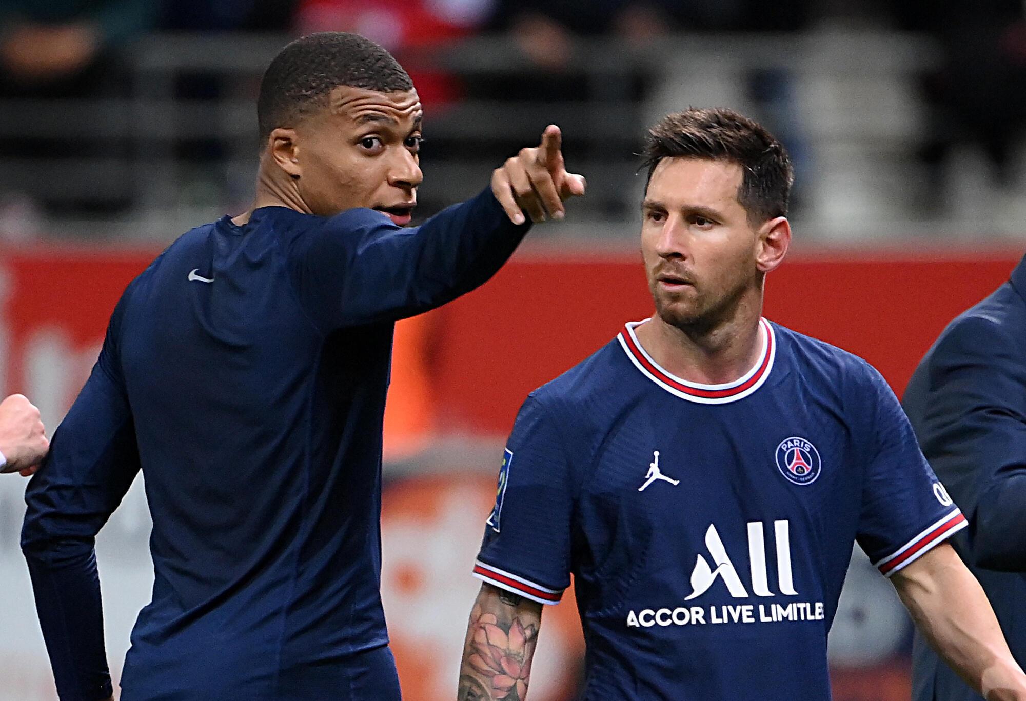 Les stars du PSG Kylian Mbappé et Lionel Messi à la fin du match à Reims, le 29 août 2021