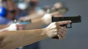 Un enseignant s'entraîne à tirer avec une arme à feu lors d'une préparation, 26 juin 2018, Colorado.