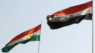 العلمان الكردي والعراقي يرفرفان جنبا إلى جنب في كركوك شمالي العراق أيلول/سبتمبر في 26 أيلول/سبتمبر