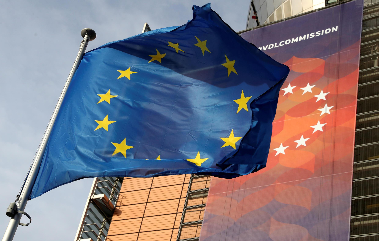 علم الاتحاد الأوروبي يرفرف أمام مقر المفوضية الأوروبية في بروكسل، بلجيكا، 19 ديسمبر 2019.