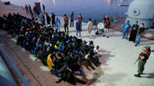Inmigrantes llegan a una base naval en Tripoli, Libia, el 4 de noviembre del 2017.