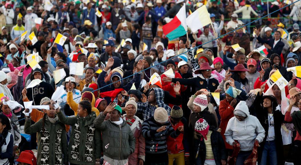 Miles de persons esperan al Papa Francisco para una vigilia de oración en el sitio Soamandrakizay Mess en Antananarivo, Madagascar, el 7 de septiembre de 2019.