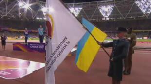 Le drapeau neutre flottant lors de la remise des médailles de l'épreuve de saut en hauteur, remportée par la Russe Maria Lasitkene.