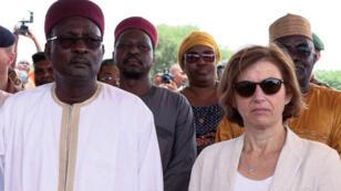 La ministre française des Armées, Florence Parly, et le ministre nigérien de la Défense, Kalla Moutari, participent à une visite à Ouallam, ville de garnison au Niger.