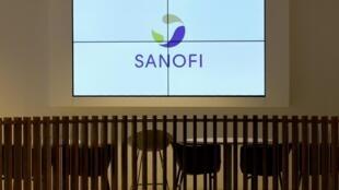 El logotipo de Sanofi, proyectado en una pantalla en el Campus Val de Bievre de la sede de la multinacional farmacéutica francesa en Gentilly, cerca de París, el 4 de diciembre de 2017