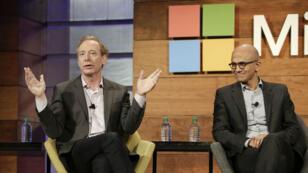 رئيس شركة مايكروسوفت براد سميث والرئيس التنفيذي للشركة ساتيا نادالا