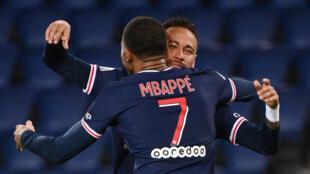 البرازيلي نيمار وكيليان مبابي خلال مباراة باريس سان جرمان ضد أنجيه في الدوري الفرنسي لكرة القدم في الثاني من تشرين الاول/اكتوبر 2020