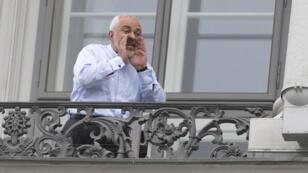 Le ministre des Affaires étrangères iranien, Javad Zarif, au balcon de l'hôtel où se tiennent les négociations le 13 juillet 2015.