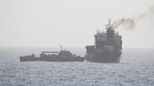 صورة نشرتها البحرية الأمريكية تظهر عناصر من البحرية الإيرانية وهم يصعدون ناقلة نفط مدنية كانت في طريقها إلى الإمارات، 12 أغسطس/آب 2020.
