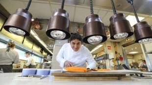 El 13 de abril de 2019, el chef italo-argentino, Mauro Colagreco, trabaja en la cocina del restaurante Mirazur en la ciudad de la riviera francesa de Menton. Mauro Colagreco recibió tres estrellas Michelin el 21 de enero de 2019.